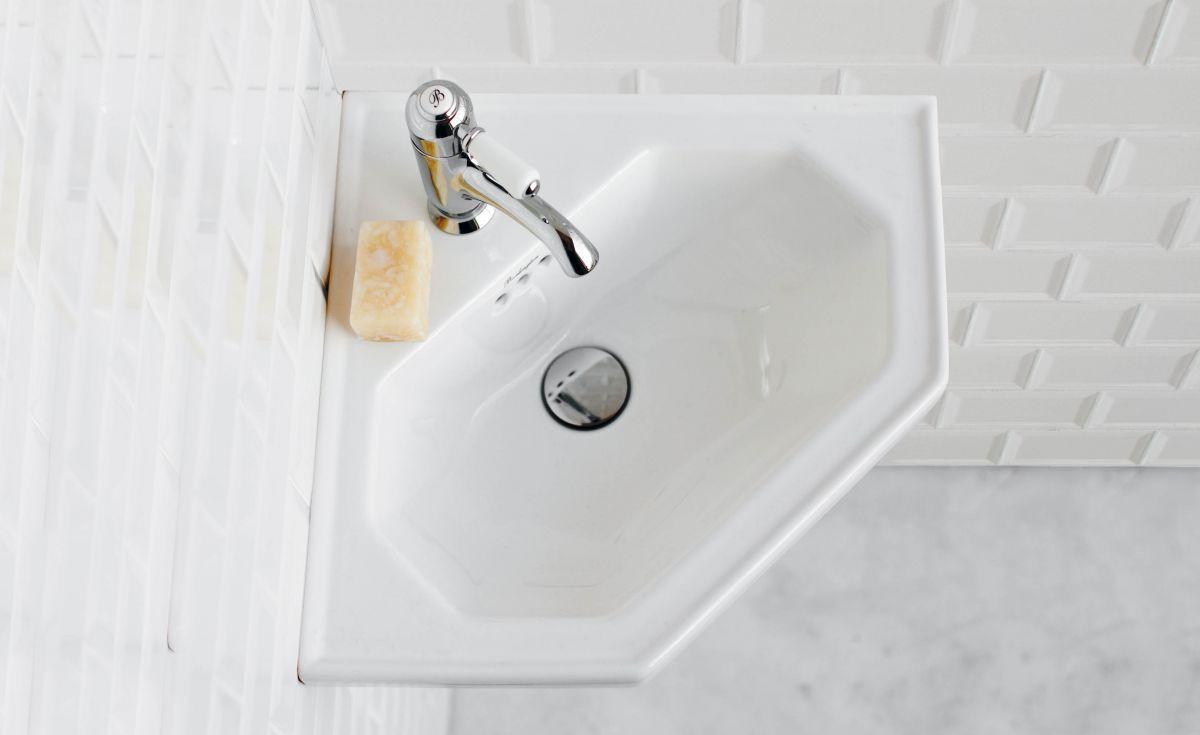 Corner 598 Cloakroom Basin
